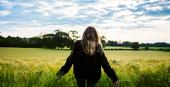 Jeune femme dans un champs